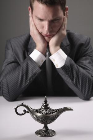 lampe magique: Homme d'affaires � regarder lampe magique