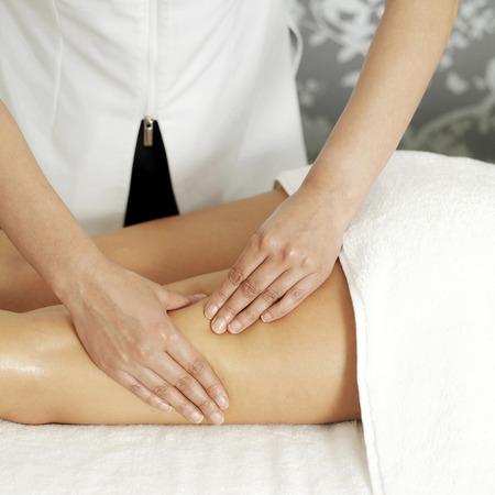 massage jambe: Femme b�n�ficiant d'un massage jambe