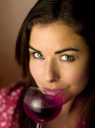 sorbo: Mujer tomando un sorbo de bebida