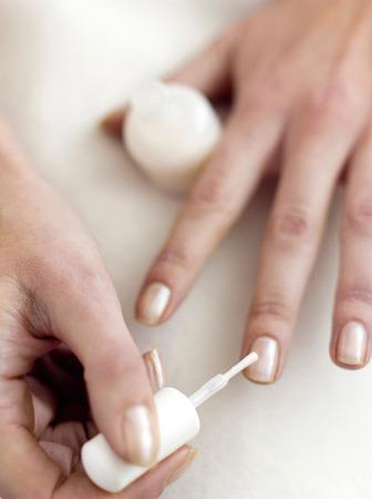 uñas pintadas: La aplicación de esmalte de uñas