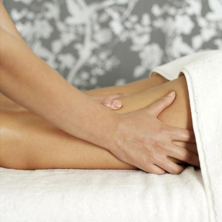 massage jambe: Femme b�n�ficiant d'un massage des jambes
