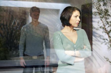 suo: Uomo che guarda la sua ragazza arrabbiata