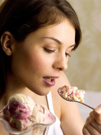 eating ice cream: Mujer comiendo un helado Foto de archivo