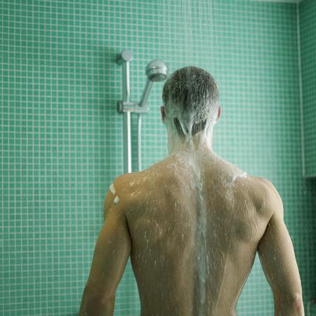 suo: L'uomo gode il suo tempo doccia Archivio Fotografico
