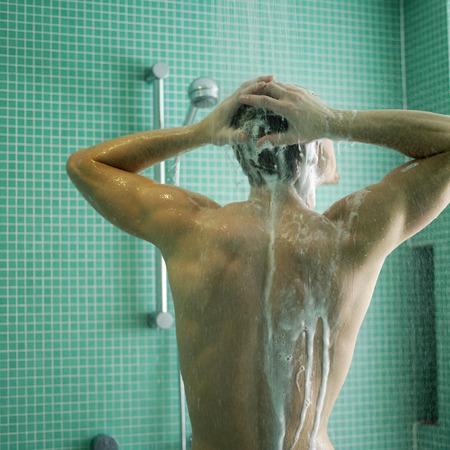 Człowiek korzystający czasu prysznicem