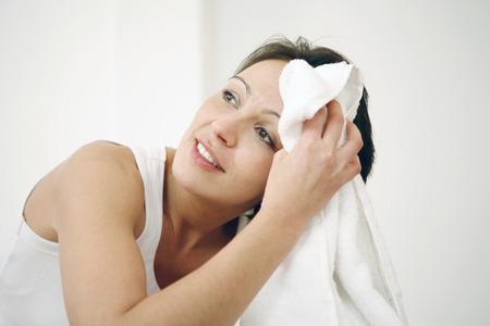タオルで彼女の汗を拭く女 写真素材