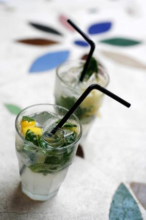 bebidas frias: Dos vasos de bebidas fr�as con hielo