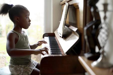 소녀 피아노 연주 스톡 콘텐츠