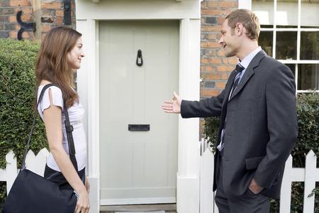 Biznesmen pozwalając businesswoman chodzić przed nim