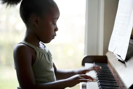 playing piano: Ni�a tocando el piano