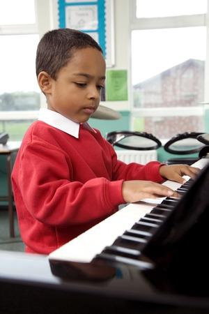 Chłopak gra na pianinie