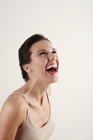 laughing out loud: Mujer riendo en voz alta Foto de archivo