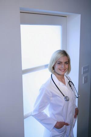 lab coat: Donna in camice da laboratorio sorridente Archivio Fotografico