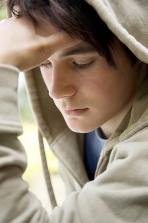 Chłopiec w głębokiej myśli