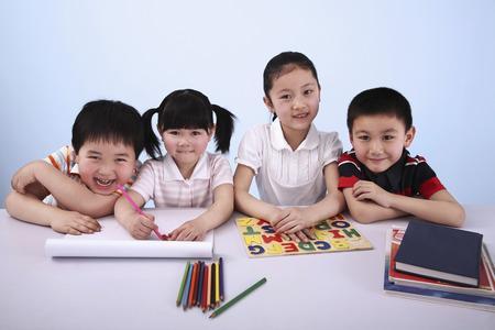 ni�os estudiando: Los ni�os que estudian juntos