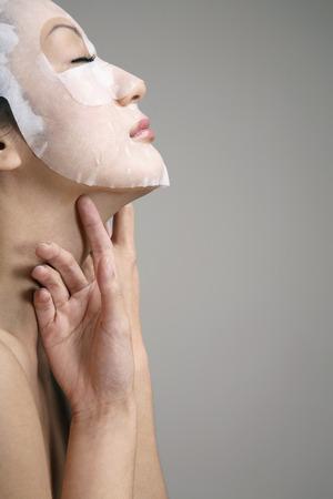 Kobieta z papieru twarzy maskę na twarz