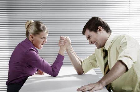 Geschäftsmann und Geschäftsfrau Armdrücken Standard-Bild - 26199929