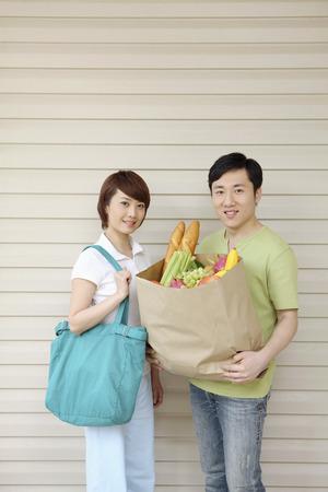 Hombre Con Bolsa De Supermercado Y Manzana Sonriendo A La