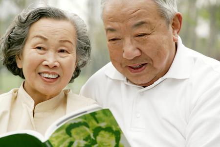 pessoas: Um velho casal partilha um livro