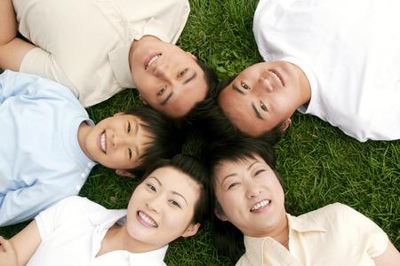 top angle view: Vista superior del �ngulo de una familia tirado en el pasto en el c�rculo Foto de archivo
