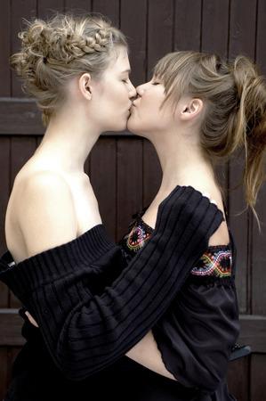 lesben: Side Shot von einer Frau k�ssen ihren Partner