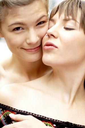 lesbianas: Una pareja de lesbianas abrazándose unos a otros