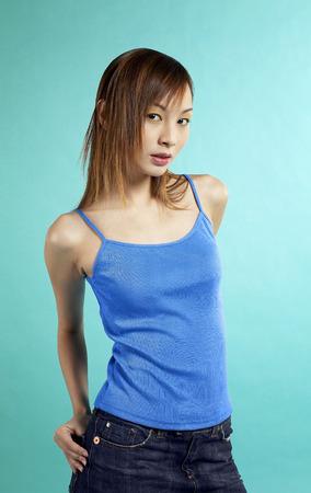 mini falda: Studio foto de una se�ora en azul espaguetis correas falda superior y mini