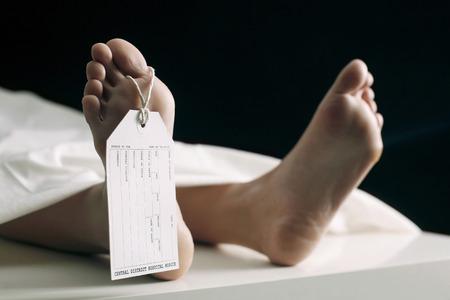 Toe rótulo que colgaba sobre la mujer acostado en una camilla en la morgue
