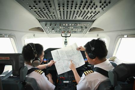 パイロットと副操縦士のプライベート ジェットのコックピットで 写真素材