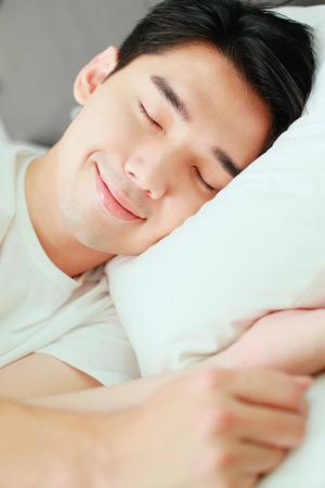 Człowiek śpi na łóżku Zdjęcie Seryjne