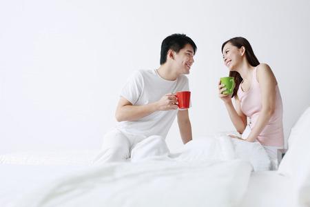 couple au lit: L'homme et la femme en dégustant un thé