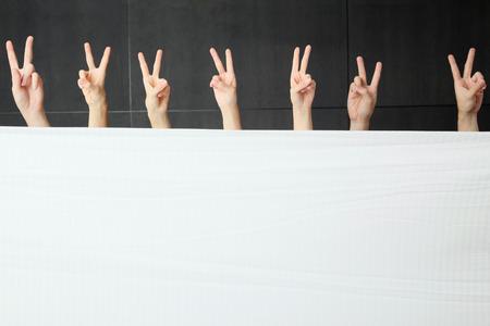 edred�n: Manos que muestran diversos gestos detr�s de consuelo Foto de archivo