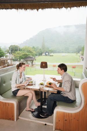 central european ethnicity: El hombre y la mujer que disfruta de su almuerzo en un restaurante Foto de archivo