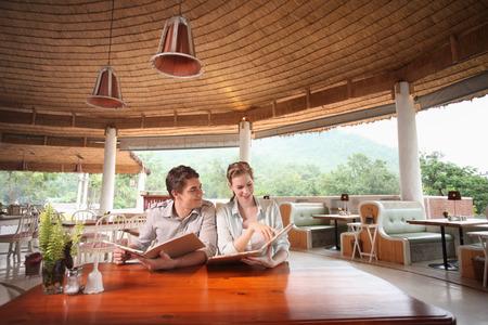 central european ethnicity: El hombre y la mujer leyendo el men� en un restaurante