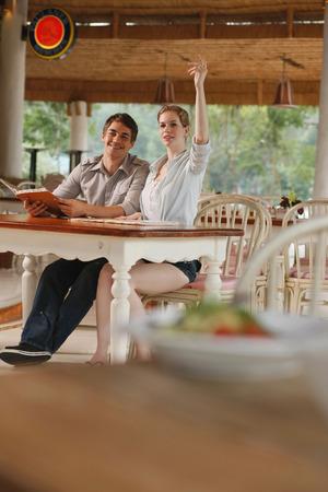 central european ethnicity: El hombre y la mujer en un restaurante, mujer gesticula para pedir comida