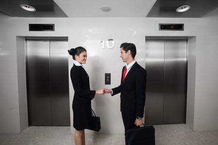 Biznesmen i businesswoman wstrząsając ręce Zdjęcie Seryjne