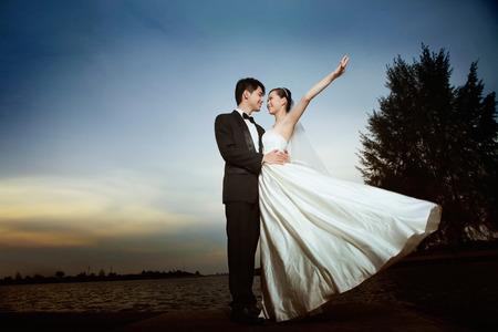 Bruid en bruidegom poseren buiten