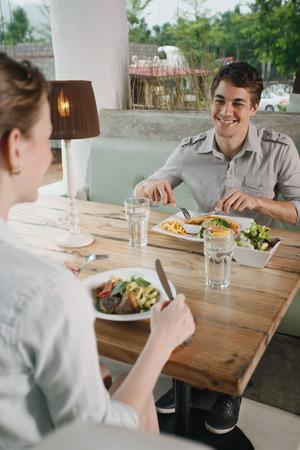 central european ethnicity: El hombre y la mujer almorzando juntos