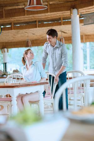 central european ethnicity: El hombre y la mujer en un restaurante