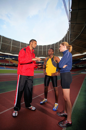 Trenerem sportowym dając instrukcję