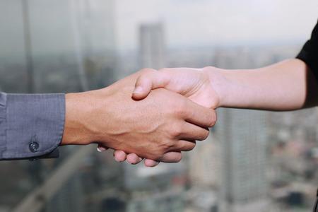 central european ethnicity: Estrechar la mano de gente de negocios