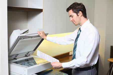 fotocopiadora: Hombre de negocios usando fotocopiadora