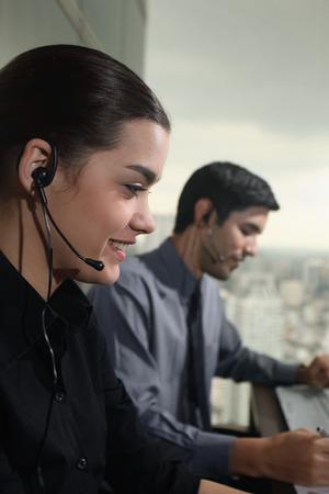 telephone headsets: Empresario y empresaria con auriculares telef�nicos