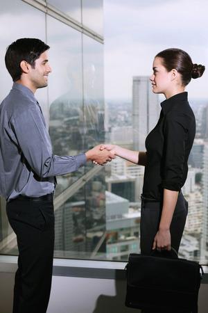 central european ethnicity: Hombre de negocios y mujer de negocios apret�n de manos Foto de archivo