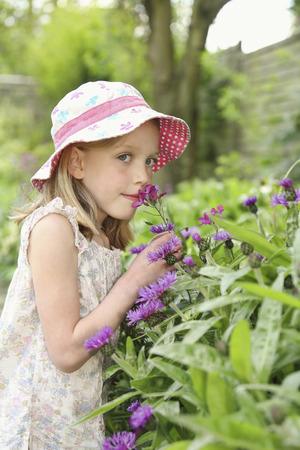 소녀 야외 꽃 냄새