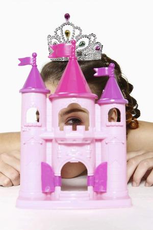 puppenhaus: Frau guckt durch Fenster Spielzeug Burg Lizenzfreie Bilder