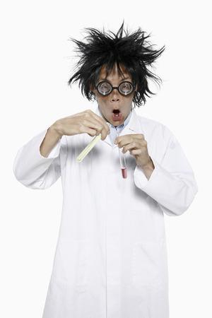 lab coat: L'uomo in camice da laboratorio sperimentazione di sostanze chimiche
