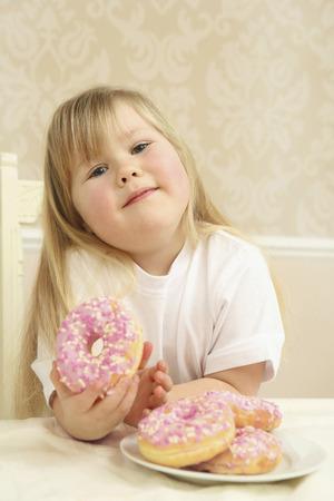 guilty pleasure: Muchacha que disfruta de su rosquilla
