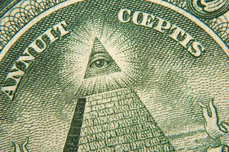 allen: macro opnamen van een dollar piramide en alle blinde geleide  Stockfoto