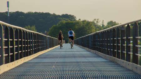 streifzug: Illustration eines Paares, das Radfahren auf einer Br�cke macht
